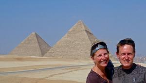 Tammy and Aaron in the requisite pose in Giza